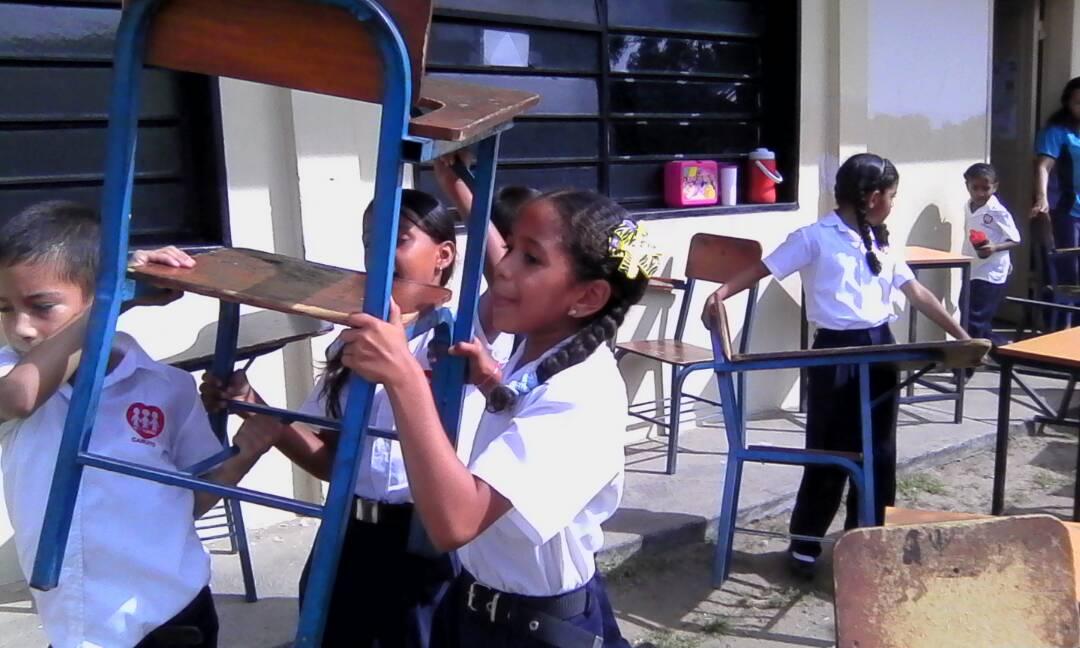 Caicara_niños ayudan-traslado-1