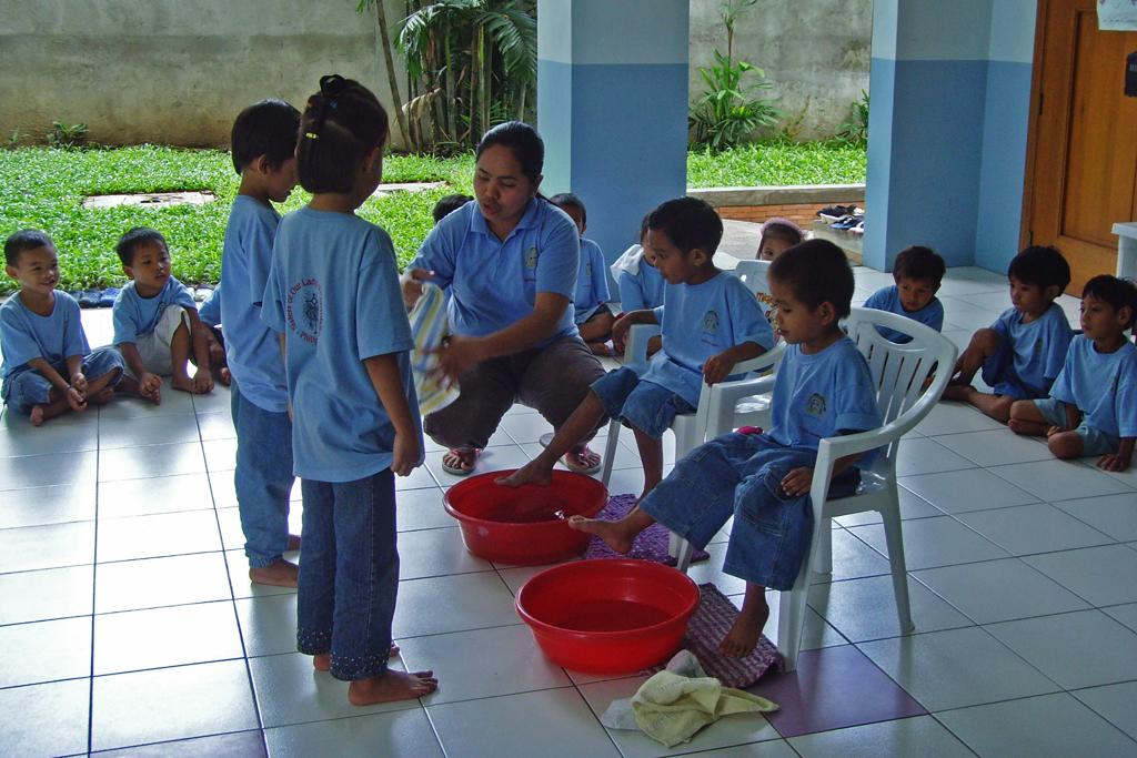 Feeding (lavando los pies)