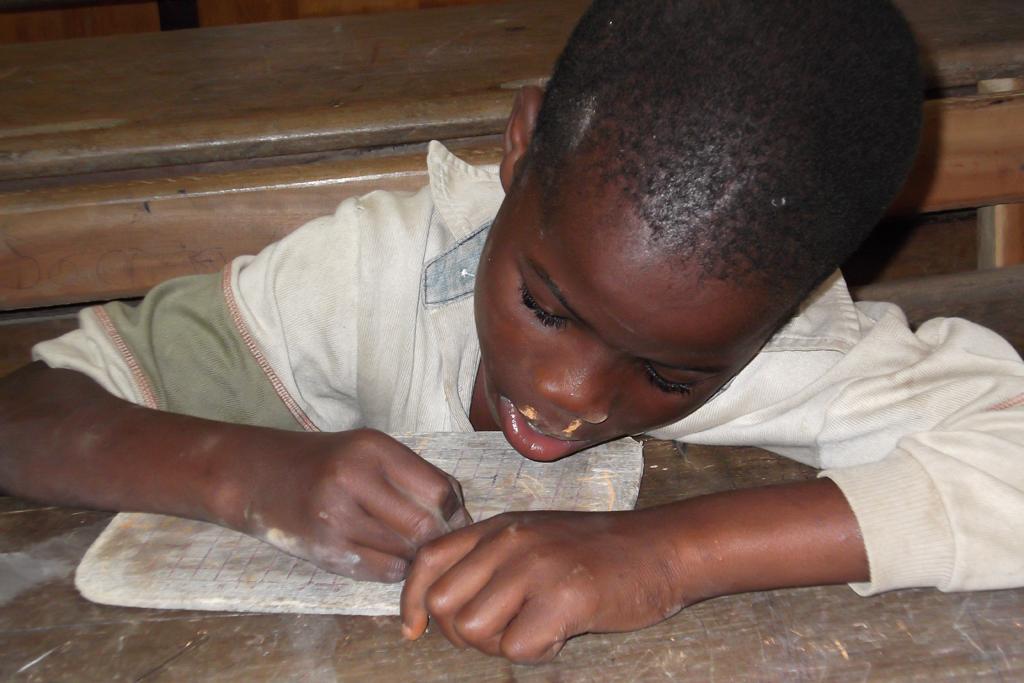 Ouagadougou (niño escribiendo pizarra)