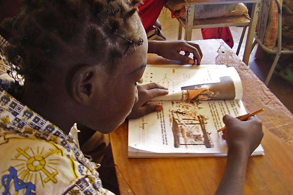 Safane (leyendo en clase)